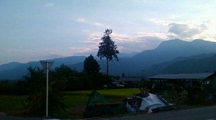 馬羅尾高原をのぞむ(松川村の田んぼから)2009年9月6日のりくん撮影。地元の方はバラオ山ではなくて「バロウ高原」と言うそうです