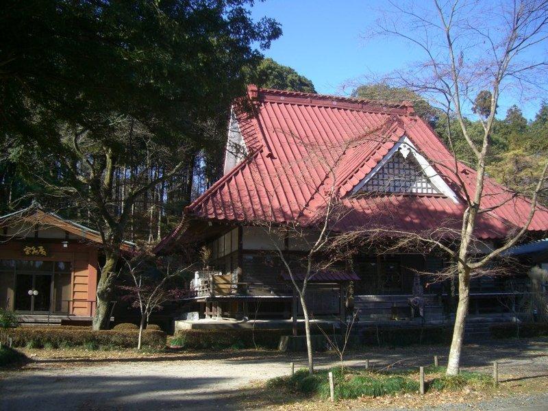 円通寺本堂と宝物庫(鬼のつめ)2012年12月16日、マルコ氏撮影