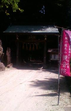 こころ変わりした若者が娘を陥れるために灯し火を点けた小坂観音院の入り口。火燈山よりもやや南側に位置する。(2012年8月29日のりくん撮影)