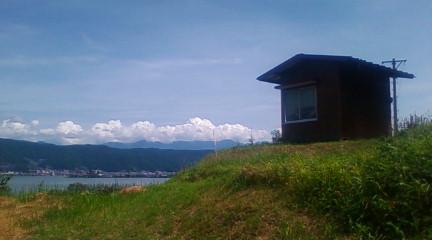 普段若者が火を灯していた岡谷市湊区の火燈山。小屋のおかれている平地が火燈山という字(あざ)だそうです。(2012年8月29日のりくん撮影)