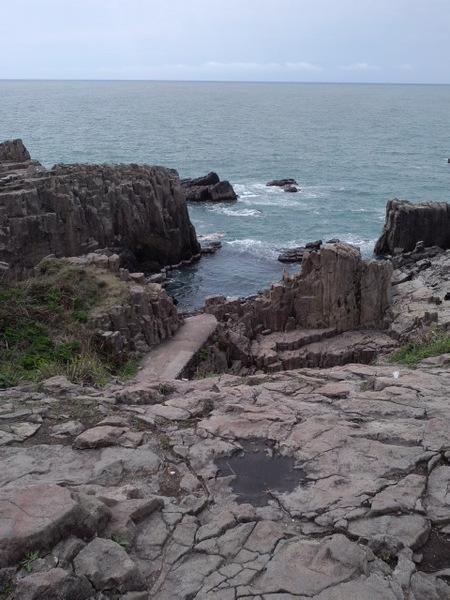 東尋坊の崖は珍しい岩で構成されている※輝石安山岩の柱状節理(2011年4月29日、もみじ撮影)