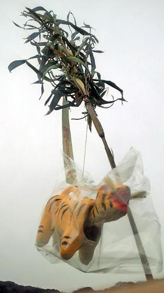 下関の四王司神社の初寅で販売されていた福笹(寅笹)?araya氏撮影、2013年1月12日