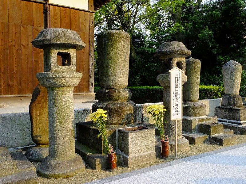 聖福寺開山堂裏にある仙厓さんの墓。(araya氏撮影、2013年4月12日)