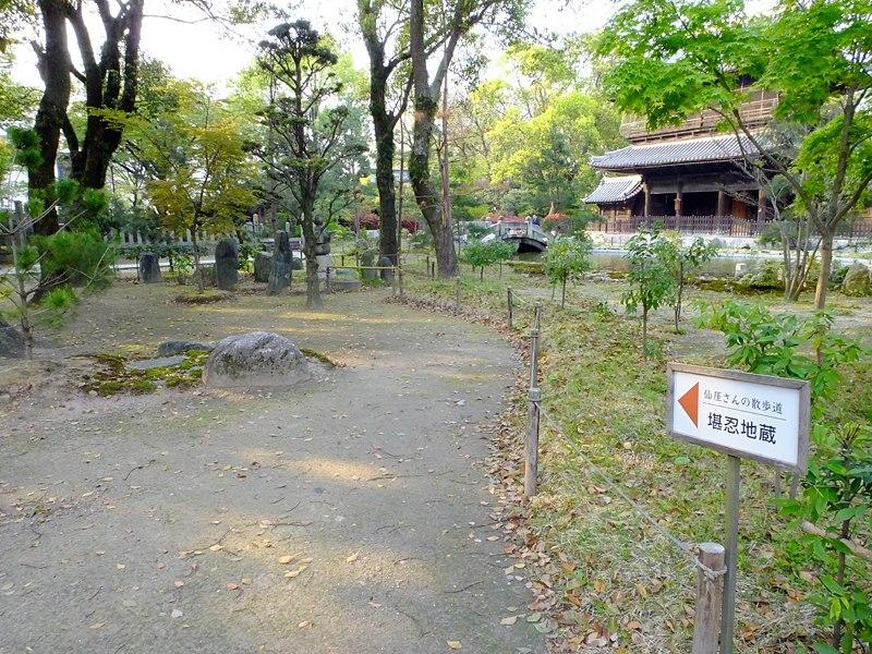 聖福寺の随所には「仙厓さんの散歩道」という拝観コースがあり、その遺徳が偲ばれています。(araya氏撮影、2013年4月12日)