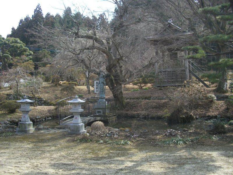 金剛寿院の池と鐘つき堂(2013年3月3日、マルコ氏撮影)