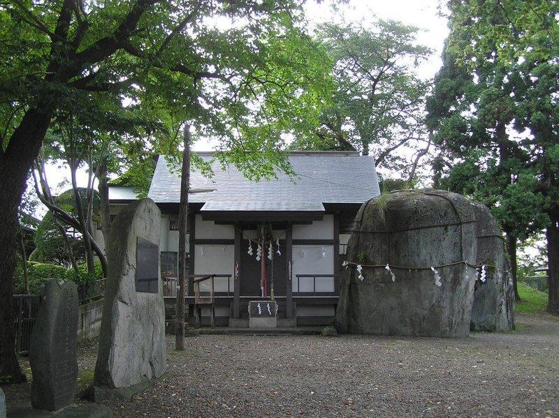 鬼の手形石と三ツ石神社社殿(2007年9月15日、きたやん撮影)