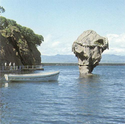 瓶子が岩と化した「瓶子岩」へいしいわ※日本の民話(第01巻北海道)研秀出版から