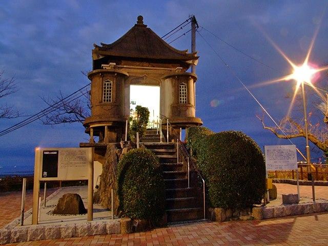 高塔山の山頂にある河童封じの地蔵尊が安置されている地蔵堂。(2012年12月3日、araya撮影)