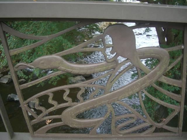 蛇姫様をモチーフにした橋の飾り(マルコ、2011年10月30日撮影)